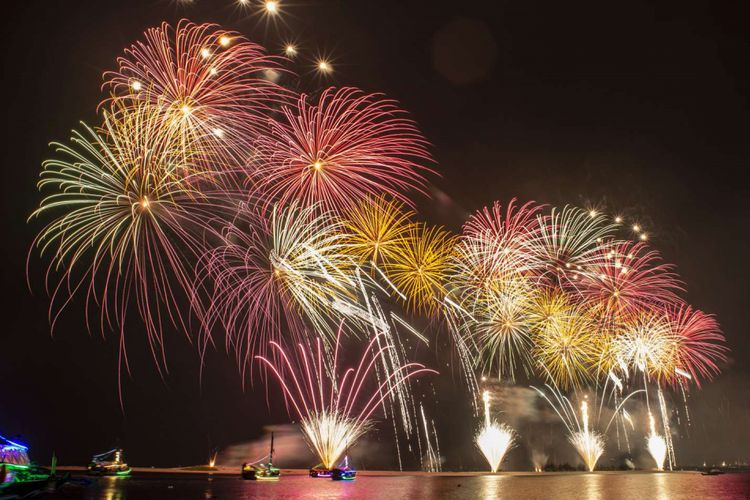 Pesta kembang api menyemarakkan pergantian tahun di Pantai Lagoon Ancol, Jakarta, Selasa (1/1/2019).