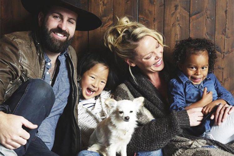 Katherine Heigl bersama suaminya Josh Kelley dan anak-anaknya.