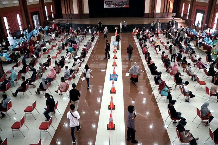 Ribuan orang mengikuti vaksinasi massal di Gedung Kesenian, Kota Blitar, Sabtu (10/7/2021)