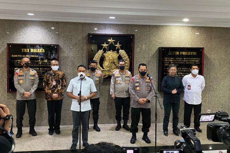Menpora Zainudin Amali (ketiga dari kiri) dan Kapolri Komjen Pol Listyo Sigit Prabowo (ketiga dari kanan) memberikan izin bergulirnya Piala Menpora 2021 pada Kamis (18/2/2021), di Mabes Polri, Jakarta.