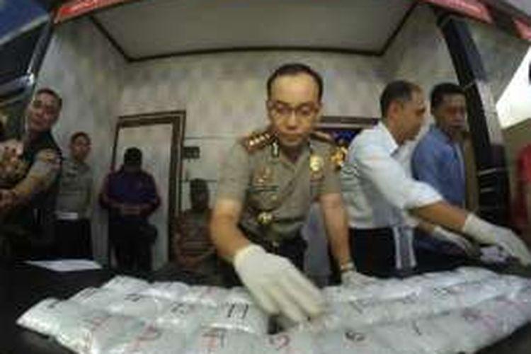 Kapolresta Pontianak Kombes Pol Iwan Imam Susilo menunjukkan barang bukti berupa narkoba jenis sabu sebanyak 5 kilogram di Mapollresta Pontianak (19/12/2016)