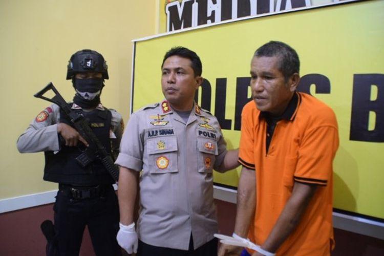Samsudin (Kanan), seorang mantan Kepala Desa Mopaano, Kecamatan Lasalimu Selatan, Kabupaten Buton, Sulawesi Tenggara, ditangkap polisi setelah menggelapkan anggaran dana desa sebesar Rp 471,6 juta