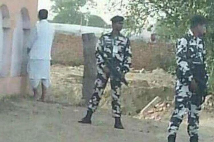 Dalam foto ini terlihat Menteri Pertanian Radha Mohan Singh sedang memenuhi panggilan alam di tembok sebuah sekolah di negara bagian Bihar.