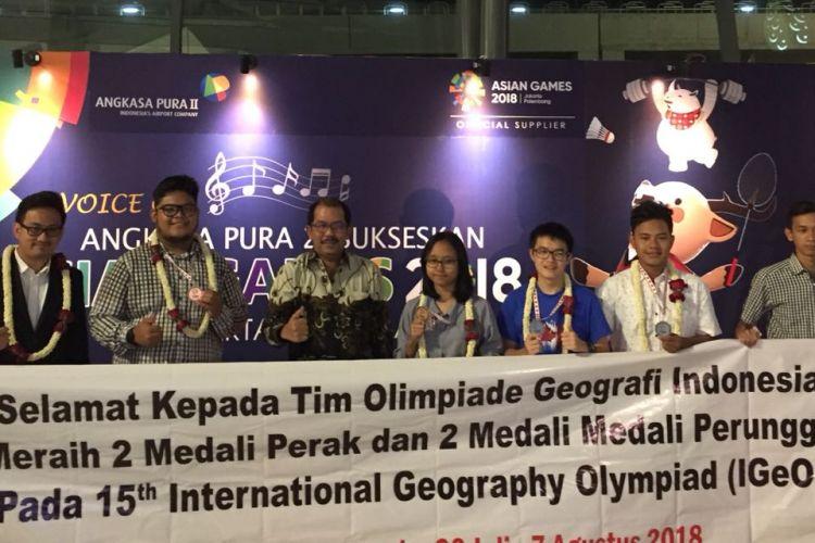 Tim Olimpiade Geografi Indonesia berhasil meraih prestasi dengan meraih 2 medali perak dan 2 medali perunggu dalam International Geography Olympiad (IGeO) 2018.