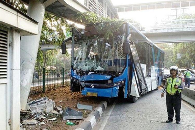 Bus transjakarta menabrak pembatas Jalan Kyai Tapa,  Jakarta Barat, Selasa (25/9/2018). Tak ada korban dalam peristiwa itu.