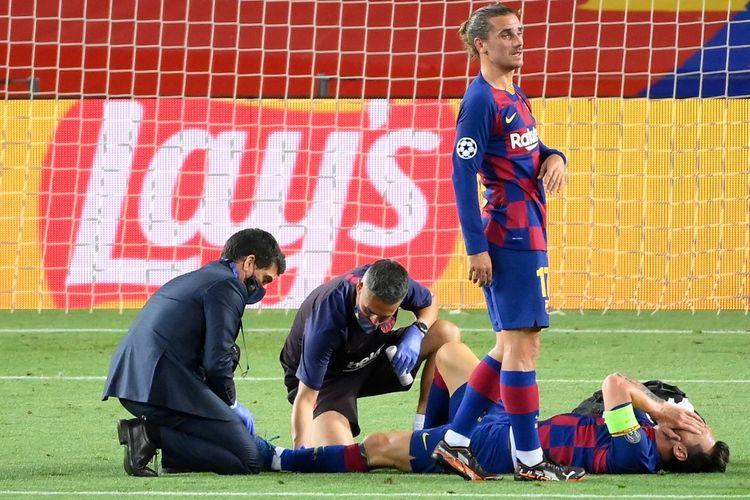 Lionel Messi mendapat perawatan setelah berbenturan dengan Kalidou Koulibaly pada laga leg kedua Liga Champions antara Barcelona dan Napoli di Stadion Camp Nou, Sabtu (8/8/2020) atau Minggu (9/8/2020) dini hari WIB.