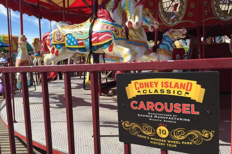 Tempat wisata bernama Deno?s Wonder Wheel Amusement Park di Coney Island, New York, Amerika Serikat.
