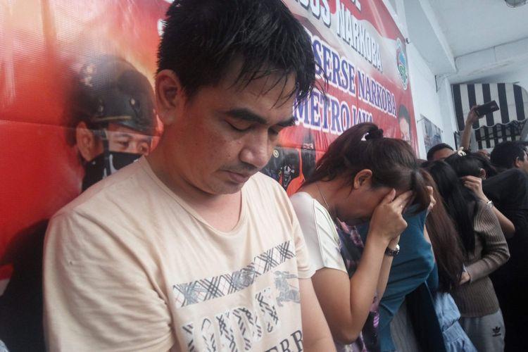 Para tersangka kasus narkoba saat dirilis di Mapolda Metro Jaya, Selasa (18/7/2017).