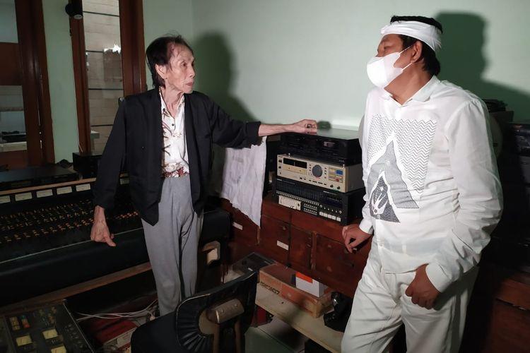 Tan Deseng (kiri) saat menerima Dedi Mulyadi di rumah Tan Deseng, Kota Bandung, Jawa Barat, Senin (8/2/2021).