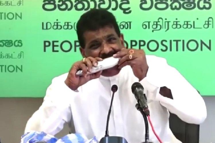 Politisi oposisi Sri Lanka, Dilip Wedaarachchi, menggigit dan memakan ikan mentah-mentah dalam konferensi pers untuk membuktikan bahwa Covid-19 takkan menular dari ikan itu.