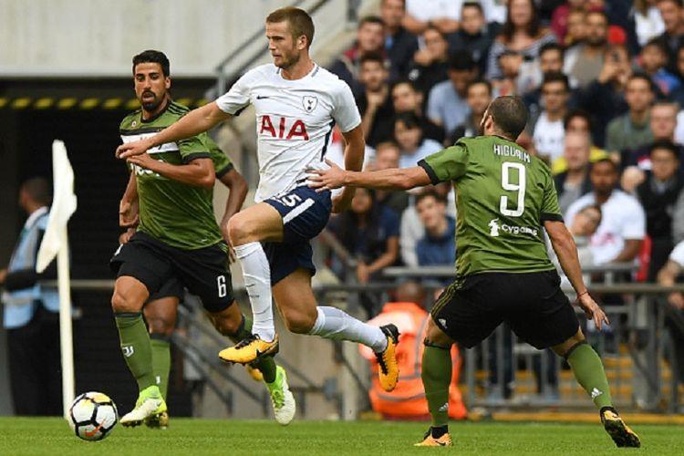 Sami Khedira dan Gonzalo Higuain mencoba menahan laju Eric Dier saat Juventus melakukan uji coba kontra Tottenham Hotspur di Stadion Wembley, Sabtu (5/8/2017).