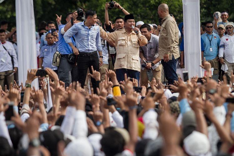 Calon Presiden nomor urut 02 Prabowo Subianto (kedua kanan) bersama Komandan Kogasma Partai Demokrat Agus Harimurti Yudhoyono (kiri) memberikan orasi politik saat kampanye terbuka di Stadion Sriwedari, Solo, Jawa Tengah, Rabu (10/4/2019). Kampanye terbuka bertema Prabowo Menyapa tersebut dihadiri partai pendukung, relawan dan tokoh nasional Koalisi Adil Makmur. ANTARA FOTO/Mohammad Ayudha/wsj.