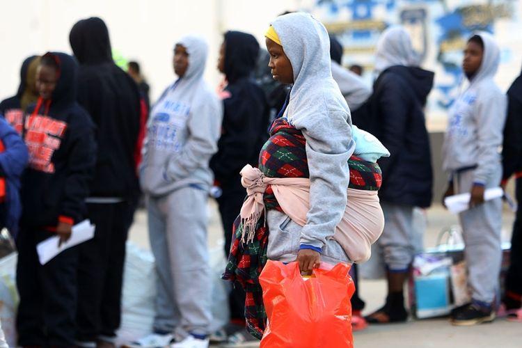 Wanita migran Afrika sedang mengantre untuk mendapat bantuan pakaian di Tripoli, Libya, pada Selasa (5/12/2017).