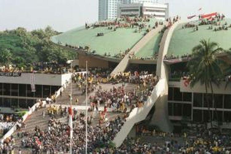 Mahasiswa se-Jakarta, Bogor, Tangerang, dan Bekasi mendatangi Gedung MPR/DPR, Mei 1998, menuntut reformasi dan pengunduran diri Presiden Soeharto. Sebagian mahasiswa melakukan aksi duduk di atap Gedung MPR/DPR.