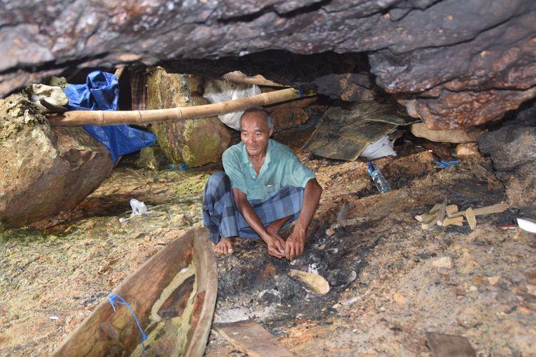 La Udu memasak tak jauh dari sampannya yang digunakan setiap harinya untuk mencari ikan di laut. Lokasi tempat memasak La Udu di dalam gua, Selasa (4/2/2020).(DEFRIATNO NEKE)