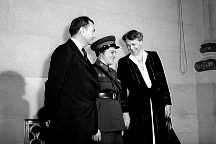 Lyudmila Pavlichenko (tengah) diapit Hakim Agung Robert Jackson dan ibu negara Eleanor Roosevelt saat mengunjungi Washington DC pada 1942.