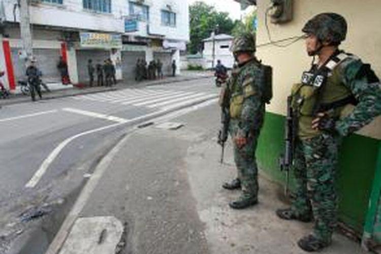 Pasukan Filipina mengambil posisi di sejumlah sudut jalan di kota Zamboanga, mengepung pasukan pemberontak MILF yang menyandera puluhan warga kota dalam sebuah serangan yang dilakukan pada Senin (9/9/2013) dini hari.
