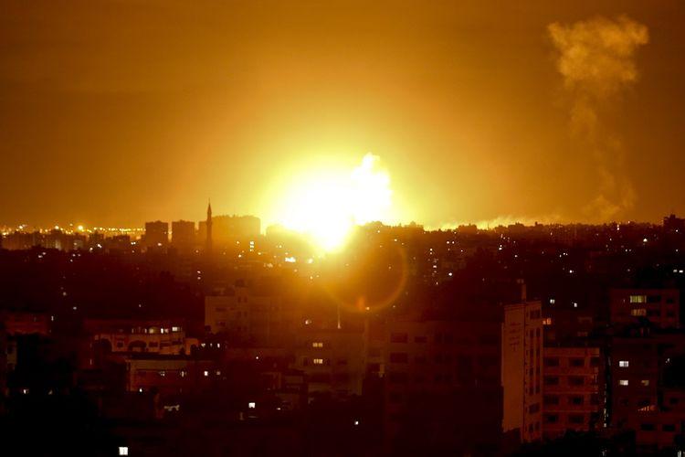 Gambar yang diambil pada 27 Oktober 2018 memperlihatkan bola api yang terjadi setelah Israel melaksanakan serangan udara di Gaza City. Serangan dilakukan setelah kawasan selatan Israel dihujani roket dari Gaza.