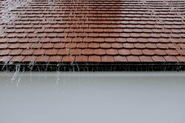 Ilustrasi atap rumah saat hujan