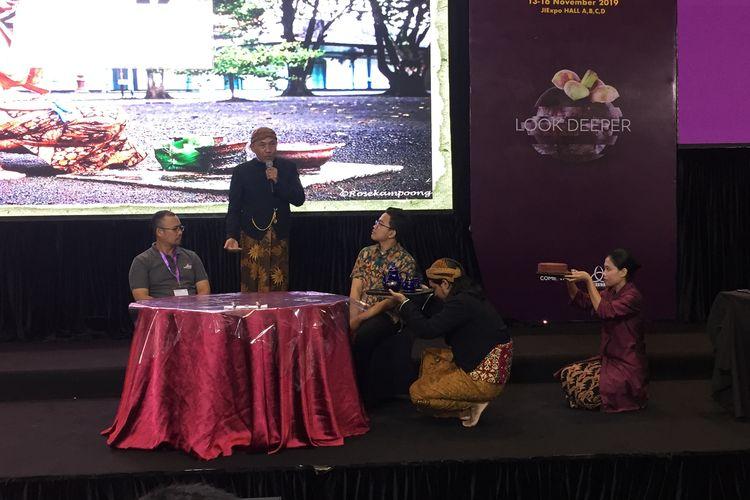 Pemeragaan budaya minum teh di Praja Mangkunegaran di seminar Asosiasi Teh Indonesia : Tea Etiquettes : From East To West di SIAL Interfood 2019