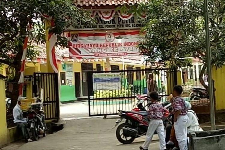 Pihak Sekolah Dasar Negeri Pondok Petir 03, Bojongsari, Depok sempat memberikan masker kepada para siswa saat penggalian tanah merah yang berpolusi masih beroperasi.