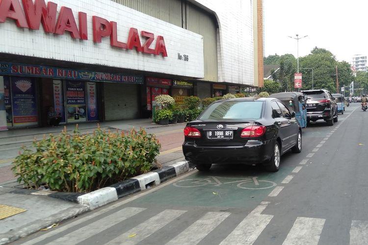 Kendaraan terparkir di jalur sepeda di kawasan Blok M, Jakarta Selatan, Rabu (18/9/2019)
