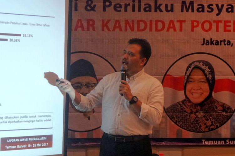 Direktur Eksekutif Poltracking Indonesia Hanta Yuda saat peluncuran hasil survei Menakar Kandidat Potensial Pilkada Jawa Timur 2018, di bilangan Wahid Hasyim, Menteng, Jakarta Pusat, Minggu (11/6/2017).
