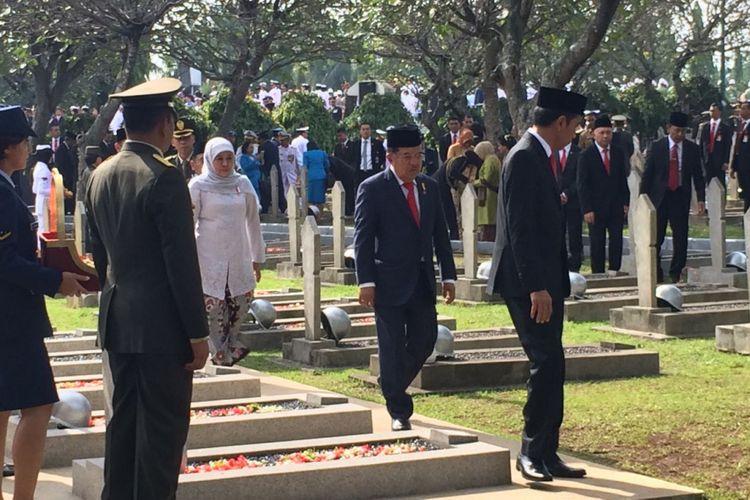 Presiden Joko Widodo memimpin upacara Peringatan Hari Pahlawan di Taman Makam Pahlawan Nasional Kalibata, Jakarta, Jumat (10/11/2017). Usai upacara, Jokowi bersama Wapres JK dan para peserta upacara menaburkan bunga ke makam para pahlawan.