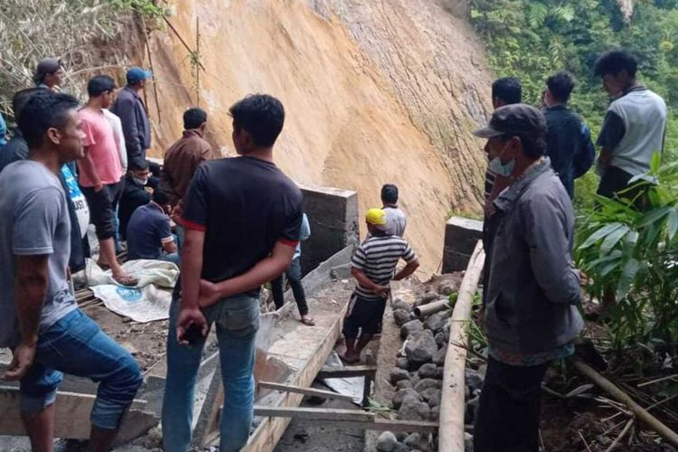 Lima pekerja proyek pembangunan di Karo, Sumut, tertimbun longsor, Minggu (26/9/2021).