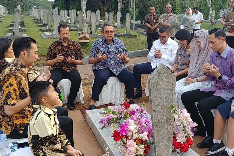 Susilo Bambang Yudhoyono Beserta Keluarga Besar Ziarah Ke Makam Ani Yudhoyono di Taman Makam Pahlawan Kalibata, Jakarta Selatan, Rabu(12/6/2019)