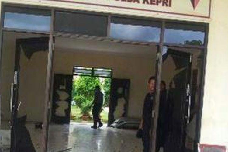 Kondisi kaca depan barat Teratai Satuan Brimob Polda Kepri yang diserang sekelompok massa, Rabu (19/11/2014).