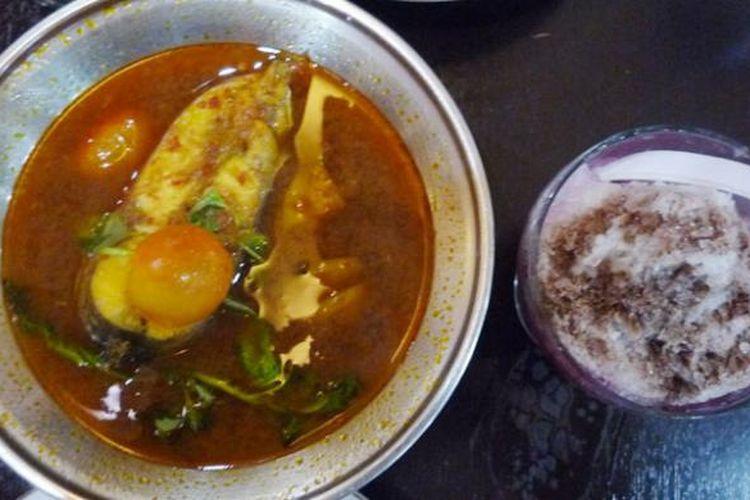 Pindang ikan patin baru saja disajikan oleh pramusaji warung Pak Raden di Jalan Brigjen Dany Effendi (Radial) 80, Kota Palembang.