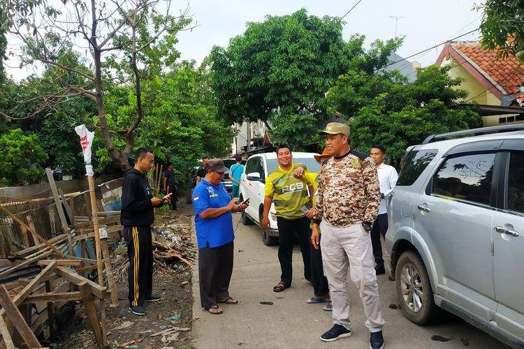 Wakil Wali Kota Bekasi, Tri Adhianto (baju loreng) tengah meninjau keadaan Perumahan Pondok Hijau Permai di Rawalumbu, Kota Bekasi selepas bencana banjir, Selasa (7/1/2020).