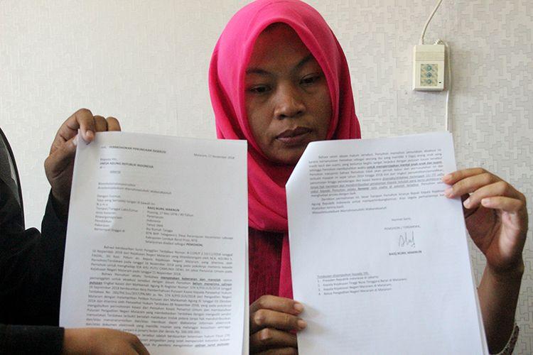 Nuril menunjukkan surat permohonan penundaan eksekusi atas putusan MA