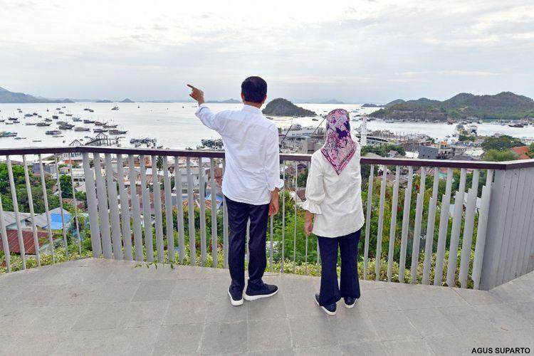 Foto Biro Pers, Media, dan Sekretariat Presiden: Presiden Joko Widodo dan Ibu Negara Iriana Joko Widodo menikmati senja di Kompas Bajo di kawasan Puncak Waringin, Labuan Bajo, Manggarai Barat, Kamis (14/10/2021) sore.