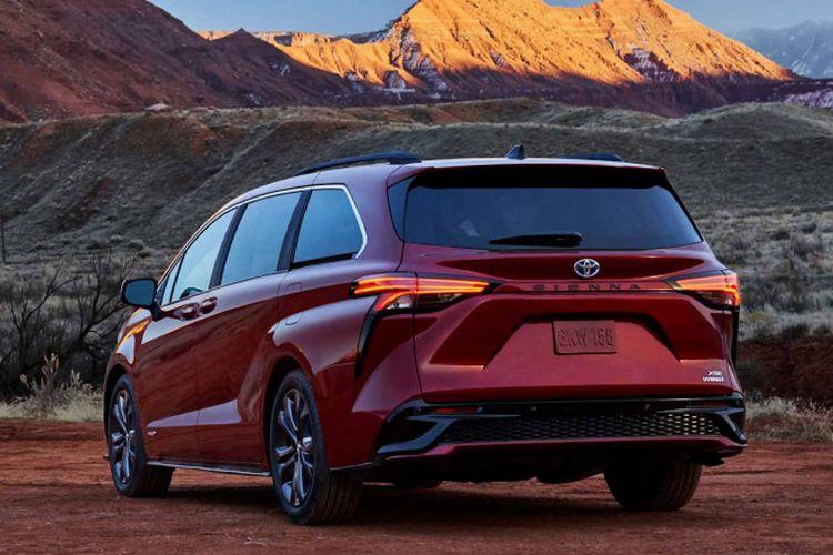 Tampak belakang Toyota Sienna generasi keempat.