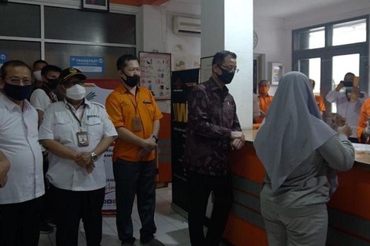 Pencairan BST di Kantor Pos Kota Bandung, Rabu (5/8/2020).