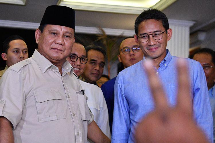 Calon Presiden dan Wakil Presiden nomor urut 02 Prabowo Subianto (kiri) dan Sandiaga Uno menyapa wartawan usai memberikan keterangan pers terkait putusan MK tentang perselisihan hasil pemilihan umum (PHPU) Pilpres 2019 di kediaman Prabowo, Jakarta Selatan, Kamis (27/6/2019). Prabowo-Sandi menyatakan menghormati dan menerima putusan MK yang menolak gugatannya.