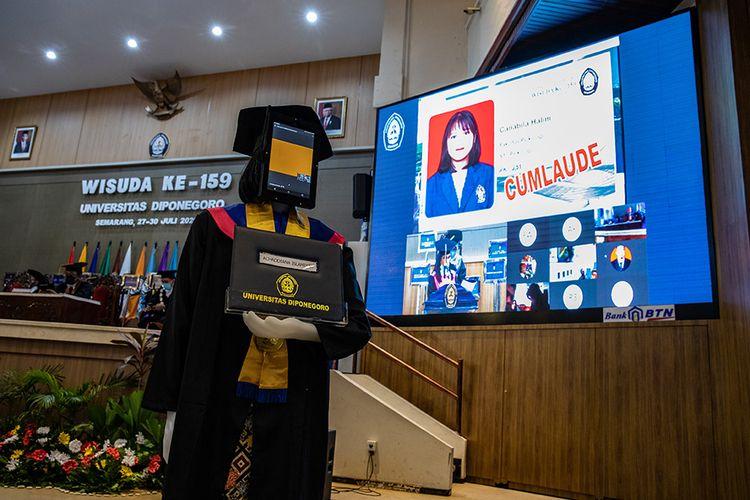 Sebuah robot peraga berpose seusai mengikuti wisuda secara daring di Universitas Diponegoro (UNDIP), Semarang, Jawa Tengah, Senin (27/7/2020). WIsuda ke-159 UNDIP yang diikuti 2.561 lulusan itu menggunakan teknologi robot peraga yang menggantikan kehadiran fisik para wisudawan maupun wisudawati karena sejumlah kebijakan protokol kesehatan dalam upaya mencegah penyebaran COVID-19.
