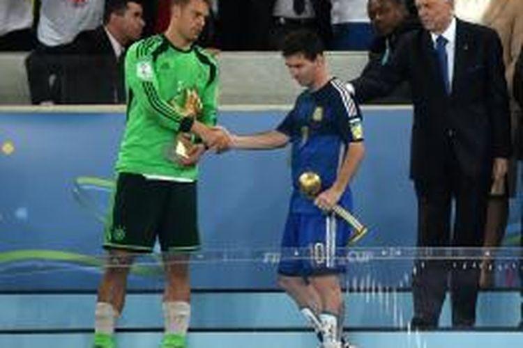Lionel Messi (kanan) saat berjabat tangan dengan kiper tim nasional Jerman, Manuel Neuer, seusai menerima penghargaan Pemain Terbaik Piala Dunia 2014 di Stadion Maracana, Minggu (13/7/2014).