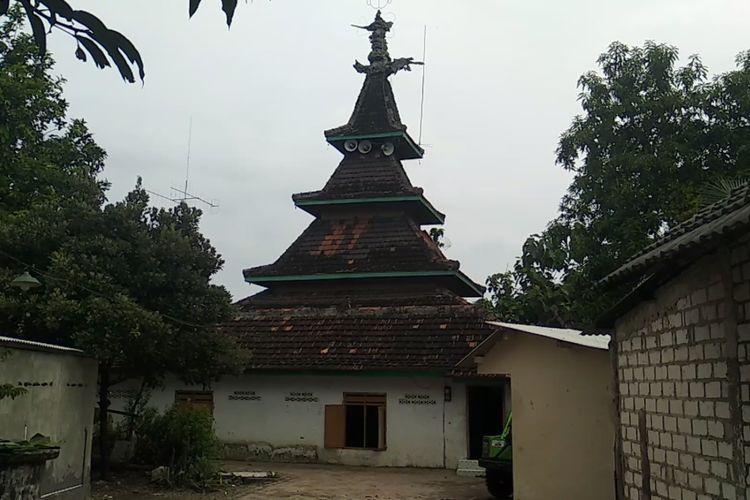 Masjid An Nur Nurul Miftahussofyan atau Masjid Saka Tunggal yang ada di Dusun Gomang, Desa Lajolor, Kecamatan Singgahan, Kabupaten Tuban, Jawa Timur.