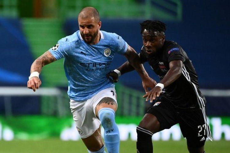 Kyle Walker dan Maxwel Cornet berebut bola dalam pertandingan Manchester City vs Lyon pada perempat final Liga Champions 2019-2020 yang digelar di Stadion Jose Alvalade, Lisbon, Portugal, Minggu (16/8/2020) dini hari WIB.