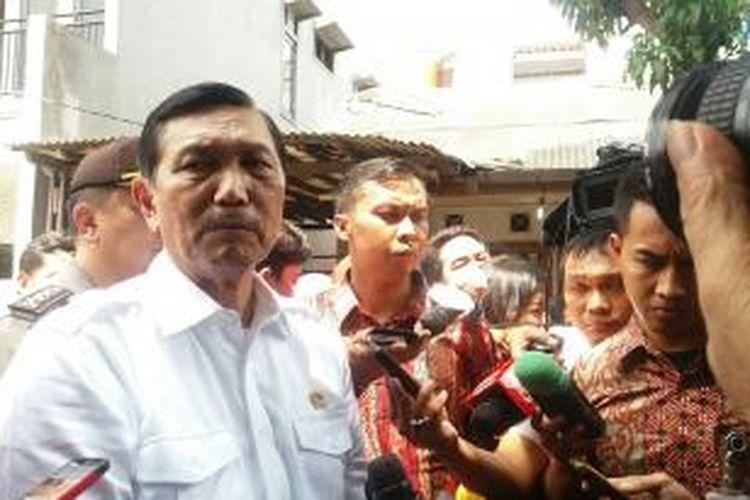 Menteri Politik, Hukum dan Keamanan, Luhut Binsar Pandjaitan saat meninjau pelaksanaan pemungutan suara di Tempat Pemungutan Suara (TPS) di Tangerang Selatan, salah satunya adalah TPS 53 dan 54 Kampung Sawah, Kecamatan Ciputat, Tangerang Selatan.