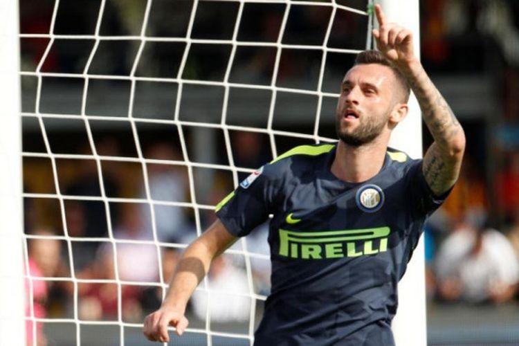 Marcelo Brozovic merayakan gol Inter Milan ke gawang Benevento pada lanjutan Serie A, Minggu (1/10/2017).