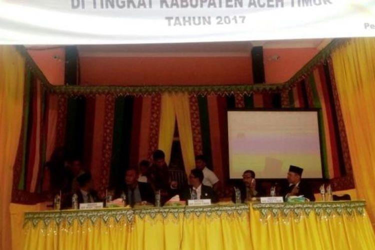 Suasana rapat pleno rekapitulasi suara hasil pemilihan kepala daerah di kantor Komisi Independen Pemilihan (KIP) Aceh TimurKamis (23/2/2017)