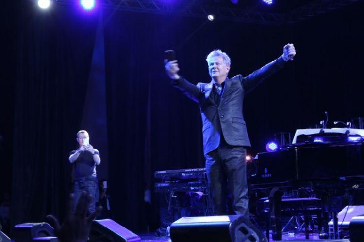 Musisi dunia David Foster mengabadikan 4.000 penggemarnya melalui Instagram Live di sela pertunjukan Hitman David Foster and Friends Live in Concert di Grand Pacific Hall, Yogyakarta, Kamis (6/4/2017) malam.