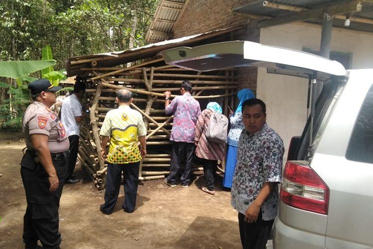 Polisi bersama masyarakat dan Pemkab Kebumen, Jawa Tengah, mengevakuasi warga yang dipasung, Kamis (5/12/2019).
