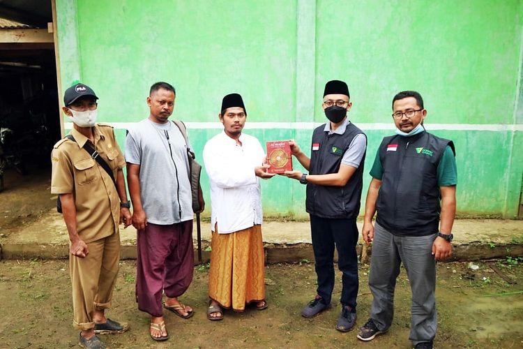 Tim Dompet Dhuafa memberikan 150 Al Qur'an kepada Madrasah Al-Istiqomah dan MDTA Cikadu di Pandeglang, Banten, pada Selasa (16/3/2021).