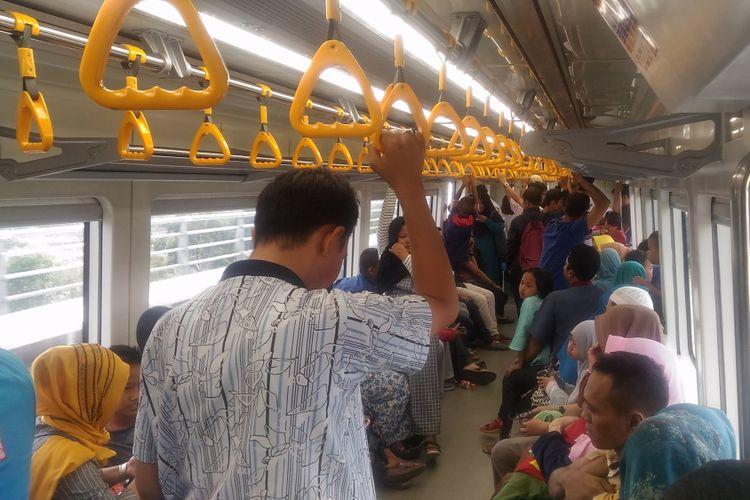 Para penumpang LRT Palembang