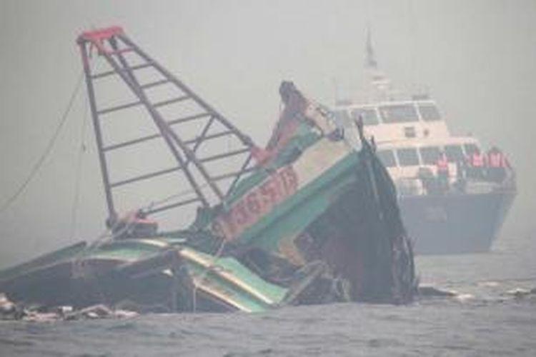 Kabut asap menyelimuti dalam proses pemusnahan 4 kapal asing asal Vietnam di perairan Pulau Datok, Kabupaten Mempawah, Kalimantan Barat, Senin (19/10/2015). Meski kabut asap menyelimuti, proses pemusnahan kapal menggunakan dinamit berdaya rendah ini berjalan dengan lancar.
